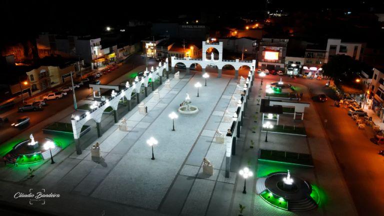 Foto noturna da Praça da Fé em Bom Jesus da Lapa