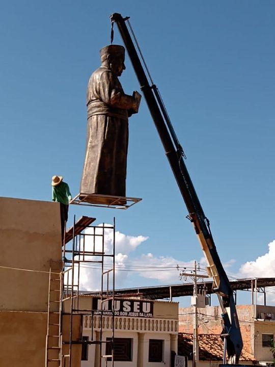 estatua de monsenhor turibio sendo colocado na praca bom jesus da lapa